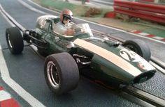 El Cooper Climax T45 de Scalextric es uno de esos modelos legendarios de la marca. Este corresponde a la colección de Alyaya Coches Míticos, redecorado por mi para recrear la versión correspondiente al coche que llevó a la victoria Jack Braham en el GP de Mónaco de 1959 y con el que se adjudicó el Campeonato del Mundo de Fórmula 1 de ese año.