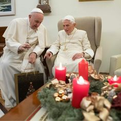 El Papa Francisco visitando al Papa Benedicto XVI en navidad. Papa Francisco Frases, Jesus Cristo, Catholic, Table Decorations, Furniture, Instagram, Home Decor, Father, Google Search