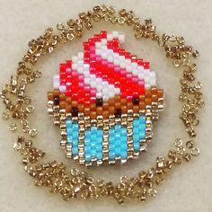 Bientôt l'heure du goûter... L'occasion rêvée de tisser un des adorables cupcakes de @coeur__citron ! #motifcoeurcitron #jenfiledesperlesetjassume #perlesandco #miyukibeads #beads #miyuki #miyukiaddict #diy #doityourself #faitmain #handmade #diyjewelry #creation #instacreative #instacrea #brickstitch #cupcake #patisserie #bakery #miam #yummy #foodporn #food #gourmandise