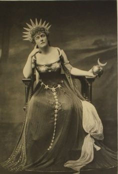 Lady Gerard, describing herself as the Moon Goddess Astarte. Astarte is a goddess who was worshipped over many years in many different countries in the ancient world under several names. Duchess of Devonshire's costume ball 1897 Look Vintage, Vintage Beauty, Vintage Moon, Belle Epoque, Vintage Photographs, Vintage Photos, The Duchess Of Devonshire, Victorian Fancy Dress, Victorian Ladies