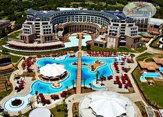 O săptămână frumoasă începe cu gândul la vacanță 🏖 #HotelVizitat KAYA PALAZZO 5* 🕌 din #Belek, #Turcia are plajă privată cu ponton amenajat 🏖, tobogane acvatice, 5 restaurante, baruri 🍹 și oferă cazare în regim #AllInclusive 💕 Rezervă din timp ⏰ cu până la 25% Reducere #EarlyBooking ❗ La resort, sunt disponibile activități precum scufundări și golf ⛳, iar o echipă de animație este prezentă pentru entertainment 🎉 #Turcia2021… Futuristic City, Futuristic Architecture, Turkish Architecture, Hotels And Resorts, Best Hotels, Storage Building Plans, Hotels In Turkey, Architecture Building Design, Dubai Hotel