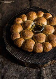 Panecillos con aceite y romero, con masa de pan sencilla, horneados en forma de corona como centro de mesa. Elaboración con fotos paso a paso y consejos.