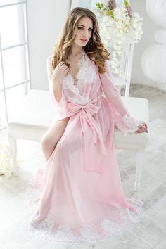 An ideal bridal robe is as important as a wedding dress. Select best robe to look perfect in the evening after the wedding and next morning. Jolie Lingerie, White Lingerie, Women Lingerie, Beautiful Lingerie, Lingerie Set, Honeymoon Lingerie, Wedding Lingerie, Non Blondes, Bridal Robes