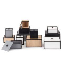 Frame on käytännöllinen hyllyjärjestelmä By Lassenilta, joka muodostuu erikokoisista laatikoista. Musta, kehysmäinen runko luo laatikoille kontrastia.
