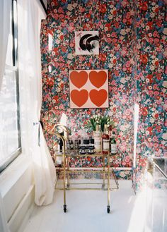 love. the. floral. wallpaper!