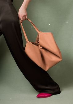 Light and versatile leather bags and accessory design. Bucket Bag, Madewell, Tote Bag, Leather Bags, Classic, Fashion, Taschen, Leather Tote Handbags, Derby