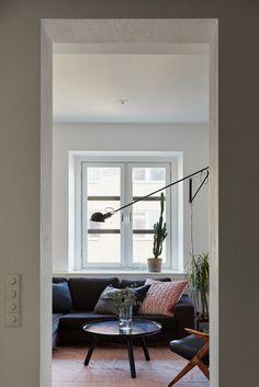 une petite chambre derrière une paroi coulissante