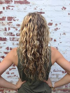 Girls with curls ALWAYS have dry hair. Girls with curls ALWAYS have dry hair. I have yet to meet a curly girly that doesn& Because of this I am CONSTANTLY trying new hair… Old Hairstyles, Summer Hairstyles, Pretty Hairstyles, School Hairstyles, Curly Hair Styles, Natural Hair Styles, Curly Hair Problems, Bright Hair, Hair Affair