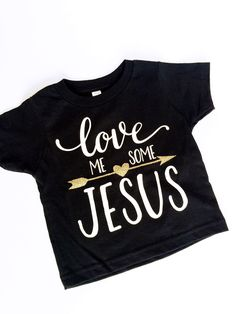 Who doesn't love me some Jesus? Wear your faith on a graphic tee! This Christian apparel shirt is just a cute way to show your faith. Let the light of Jesus shine. Faith and fashion never looked any Christian Clothing, Christian Shirts, Christian Apparel, T Shirt Original, T Shirt Noir, Jesus Shirts, Vinyl Shirts, Shirts With Sayings, Custom T