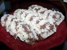 TheKitchenCookie: Rice Krispy Rollups: I would use Nutella instead of the chocolate/peanut butter mixture Rice Crispy Treats, Krispie Treats, Rice Krispies, Yummy Treats, Sweet Treats, Crispy Rolls, Just Desserts, Delicious Desserts, Yummy Food