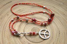 ein Traum in rot...    die Kette besteht aus roten Glasperlen, Roncailles und versilberten Zierelementen und einem Charmring an dem ein Peacezeiche...