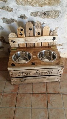 Here is what I just added in my shop : custom dog bowl holder / wooden doggie bar Pallet Projects, Diy Projects, Dog Furniture, Wood Pallets, Dog Bed, Dog Bowls, Diy Home Decor, Dogs, Crafts