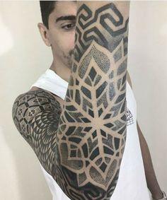 Delightful Snowflake Arm Tattoos for Boys and Men to Consider This Year Tribal Tattoos, Tattoos Skull, Sexy Tattoos, Tattoos For Guys, Cool Tattoos, Arm Tattoos, Disney Pin Up, Geometric Sleeve Tattoo, Geometric Tattoo Design