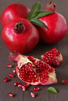I Love Pomegranates! If you're not familiar with the pomegranate, it is a red fruit with a tough outer layer; only the juice and the seeds inside are edible. Pomegranate juice is available year. Red Fruit, Fruit And Veg, Fruits And Veggies, Fruits Basket, Fruits And Vegetables Pictures, Pomegranate For Skin, Photo Fruit, Fruit Photography, Beautiful Fruits