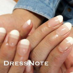 . シンプルで最近一番人気のアート。 簡単そうに見えますが、二本のラインの平行、そして全部の指の幅合わせ。 マスキング貼る作業がかなり重要です。 #gel #gelnail #nail #notd #nails #nailart #instalike #instanails #abgel #abジェル #abgel大阪 #アビージェル#airbrush #エアブラシ#abconcierge #abconcierge大阪 #dressnote #ドレスノート#心斎橋ネイルサロン#プライベートサロン
