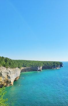 best hikes in pictured rocks. michigan hiking trails. things to do in michigan. upper peninsula, up north. midwest road trip. lake superior. national park vacation. pictured rocks national lakeshore. great lakes vacation. adventure vacation ideas. summer road trip. usa travel destinations. united states. america. Michigan Vacations, Michigan Travel, Backpacking Trails, Hiking Trails, States America, United States, North Country Trail, Pictured Rocks National Lakeshore, Vacation Spots