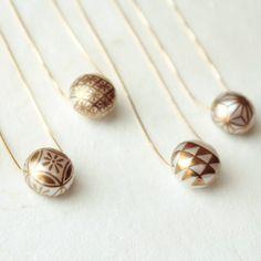 「伝統工芸品は美しいけれど、日常使い出来ない…」と思っているあなた。蒔絵の伝統技術で真珠に繊細なデザインを描く「KARAFURU(カラフル)」のパールアクセサリーをご存知ですか? 職人技が宿るピアスにイヤリング、ネックレス、ブレスレット…。着物などの和服はもちろん、繊細で上品なデザインはパーティーなどの特別なときにも、普段使いも出来ちゃいます。モダン×伝統工芸の世界、ぜひあなたの耳元、首元、手元に飾ってみてください。 Enamel Jewelry, Resin Jewelry, Pearl Jewelry, Jewelry Shop, Diy Jewelry, Gold Jewelry, Jewelry Accessories, Fashion Accessories, Handmade Jewelry
