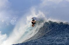 仏領ポリネシア・タヒチ(Tahiti)島のチョープー(Teahupoo)で開催された世界プロサーフィン連盟(ASP)の男子ワールドツアー「ビラボン・プロ・タヒチ(Billabong Pro Tahiti)」で技を競う、米国のジョン・ジョン・フローレンス(John John Florence)選手(2014年8月19日撮影)。(c)AFP/GREGORY BOISSY ▼22Aug2014AFP|バトル繰り広げるサーファーたち、タヒチでプロサーフィン大会 http://www.afpbb.com/articles/-/3023730