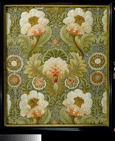 Borduurwerk van zijde op linnen ondergrond met dessin van symmetrisch opgebouwd ornament van bloemen en bladeren. Engeland, waarschijnlijk Leek Embroidery Society, ca. 1890.