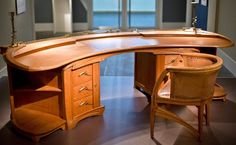 Der Schreibtisch des Designers und Architekten Henry van de Velde ist im Germanischen Nationalmuseum in Nürnberg zu sehen. Die Sonderausstellung des belgischen Jugendstil-Künstlers dauert bis zum 1. April 2013. Foto: Daniel Karmann/dpa