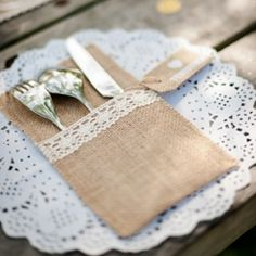 La pochette en jute et dentelle pour déposer les couverts de votre table de fête…
