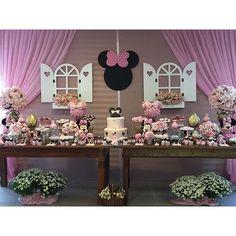 Festa Minnie Rosa  Decoração, Personalizados e equipe: @corujiceventos Bolo: @crocante_bolos ...