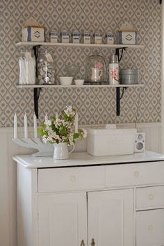 Lantlig inspiration Old Cottage, White Cottage, Swedish Kitchen, Country Kitchen, Tapete Gold, Scandinavian Cottage, Houses In France, Kitchen Quotes, Kitchen Wallpaper