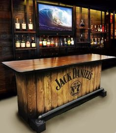 Hausbar benutzerdefinierte Hand gebaut rustikale Whisky | 7M Woodworking loves sharing man caves with woodworking details alongside unique handmade wooden tables, reclaimed barn beam lightning, and other woodworking projects. Check out www.7mwoodworking... (312) 545-0331