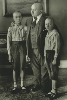 Family photography in the old days - 1914 by August Sander (1876-1964)