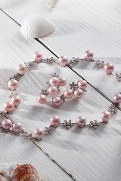 """""""Bolo skutočne veľmi náročné doladiť perly tejto veľkosti do tak súrodého a okulahodiaceho diela. Nie je tajomstvom, že sme šperk niekoľkokrát prekresľovali, upravovali počet perál, rovnako ako spôsob ich osadenia. To všetko bolo potrebné k tomu, aby sme vytvorili nielen krásny, ale aj technicky dokonalý skvost, ktorý nenaruší dizajn šperku,"""" odhaľuje tajomstvo zrodu unikátneho perlového setu Meteora naša obchodná riaditeľka Iveta Zimková Mikušová. Prečítajte si jeho unikátny príbeh! Pearl Necklace, Pearls, Gemstones, Unique, Pink, Jewelry, String Of Pearls, Jewlery, Gems"""