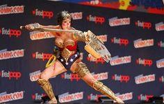 Lara Yih: Cosplay: Wonder Woman después de luchar en  una ba...