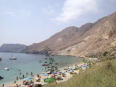 Cala de San Pedro en el Parque Natural de Cabo de Gata en Almería, España. Agosto 2012. Acceso en barco, tiene dos chiringuitos y puestos de ropa y bisutería hippy.