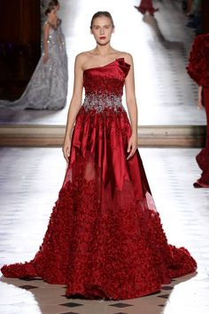 See all the Collection photos from Tony Ward Autumn/Winter 2017 Couture now on British Vogue Tony Ward, Fashion Mode, Red Fashion, Runway Fashion, Fashion Dresses, Style Couture, Haute Couture Fashion, Types Of Dresses, Nice Dresses