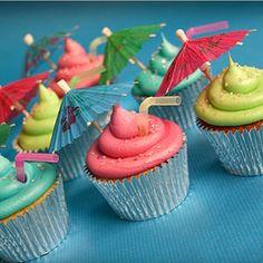 Que bonitos cupcakes, decorados simplemente con pajitas y sombrillitas de papel. http://www.reinadecopas.com/es/pinchos-y-adornos/258-paraguas-de-papel-144-uds.html