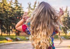 Huonon hiuspäivän voi kääntää hyväksi kuivashampoon avulla. Suihkautus kuivashampoota saa hiukset näyttämään ja tuntumaan paremmalta. Kuivashampoo onkin monien luottotuote, jota on löydyttävä kotoa. Vaikka olisi kokenutkin kuivashampoon käyttäjä, voivat vinkit silti toisinaan olla tarpeen. Hiusten ammattilainen, kampaaja