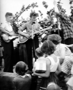 The Quarrymen are a British skiffle/rock and roll group, formed by John Lennon in Liverpool in which eventually evolved into the Beatles. Stuart Sutcliffe, The Beatles 1, Beatles Photos, Ringo Starr, Rare Photos, Vintage Photographs, Liverpool, Rock And Roll, The Quarrymen