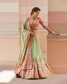 Tarun Tahiliani's Spring Summer Collection Is Perfect For Weddings Latest Saree Blouse, Latest Sarees, Saree Blouse Designs, Raw Silk Lehenga, Summer Wedding Outfits, Tarun Tahiliani, Indian Couture, Bridal Looks, Indian Outfits