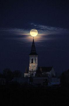 Moon Photos, Moon Pictures, Beautiful Moon, Beautiful Places, Moon Beauty, Digital Foto, Shoot The Moon, Moon Shadow, Good Night Moon