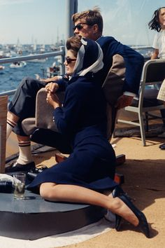 Jacqueline Kennedy Onassis - When: 1962 Where: watching the Americas Cup Race with John F. Kennedy from the Deck of the USS Joseph P. in Newport, Rhode Island Jacqueline Kennedy Onassis, John Kennedy, Les Kennedy, Carolyn Bessette Kennedy, Jaqueline Kennedy, Southampton, Estilo Glamour, Style Personnel, Lee Radziwill