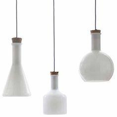 Klik & Shop: de glazen design hanglampen van opaal wit glas met kurk en blauw snoer. De originele labware ontwerpen van Benjamin Hubert.