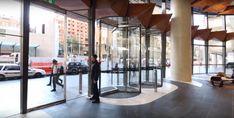 Brandul ușilor automate prezent în Europa, peste ocean și dincolo de el, cu soluții aparte, adaptate în funcție de proiect.  Exemplul este chiar clădirea din Sydney cu uși rotative și batante full-glass integrate într-un design minimalist. Record se regăsește pe piața din România, prin Aluterm Group.