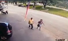 Impressionante: Câmera flagra homem sendo atingido na cabeça por pneu desgovernado