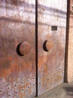 Puerta de acero oxidado en Polanco DF