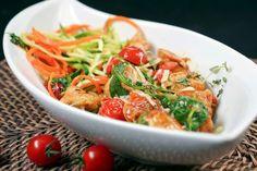 Kennt ihr Zoodles? Die bunten Low Carb Gemüsenudeln kommen bei mir regelmäßig auf den Teller. Sehr lecker sind Zoodles mit Rucola, Hähnchen und Tomaten.
