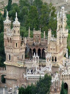 Colomares Castle, Benalmádena, Spain. - Colomares Monument was built and designed by Steven Martin Martin, M.D. from 1987 to 1994 whith the help of two workers and is dedicated to Christopher Columbus and it unifies all architectonic styles: Byzantine, Romanesque, Arabic and Gothic.