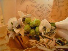Detalle Modelo Emily frescor verde. Foto hecha por 4 bodas y 1 blog. #diadema #corona #tocado #evento #boda #comunion #novia #invitada #flores #moda #diademadeflores #coronadeflores #complementos #peinado #lamoradadenoa