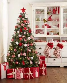 65+ Out of the Box Christmas Tree Themes You Must Check Out