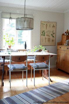 Hemma hos nordingården. Tapet - Kjellbergskagården, Gammelsvenska Dining Chairs, Dinning Chairs, Dining Chair
