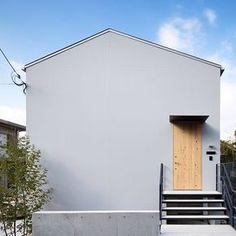 女性で、の外観/玄関ドア/無垢材/外壁/サイディング/モルタル…などについてのインテリア実例を紹介。「外観です。 大きな箱をイメージしています。 ドアは無垢材で造作。 壁はグレーのサイディング。 屋根はガルバニウム。 青空がよく似合う。」(この写真は 2016-01-23 21:52:06 に共有されました)