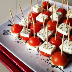 'caprese' tomatoes and cheese Aperitivos Finger Food, Tasty, Yummy Food, Cooking Recipes, Healthy Recipes, Appetisers, Party Snacks, Finger Foods, Appetizer Recipes